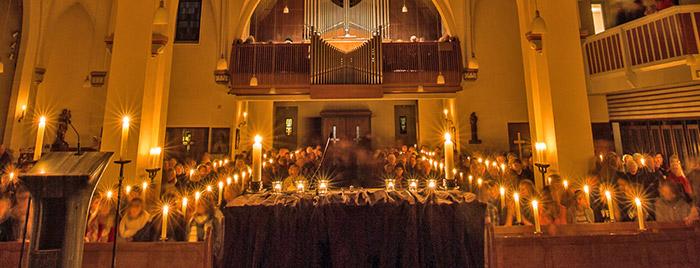 Herz Jesu Kirche Bad Godesberg im Kerzenschein © Stefan Rachow