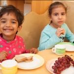 Kinder beim Mittagessen in der Kita St. Albertus Magnus