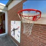 Lernuhr und Basketballkorb im Garten der Kita St. Martin © Kindergartennetzwerk Bad Godesberg